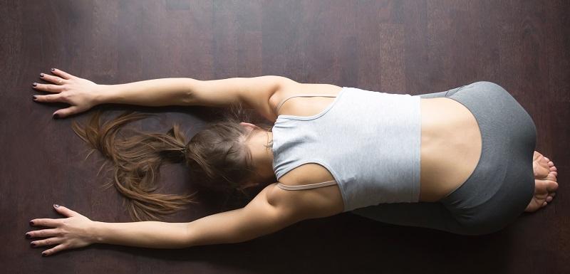 Mal de dos chronique : le yoga aussi efficace que le kiné !