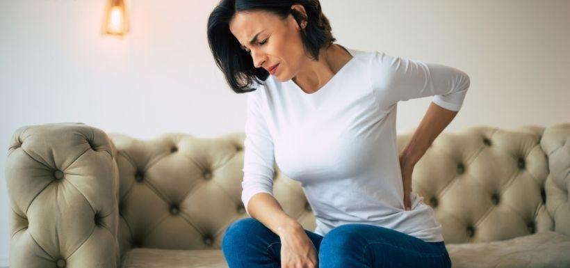 femme qui à des douleurs lombaires : astuces pour soulager la lombalgie chronique